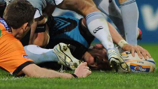 Alun Wyn Jones touches down