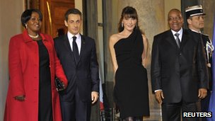 Jacob Zuma (R) and Gloria Bongi Ngema (L) pose with French President Nicolas Sarkozy (March 2, 2011)
