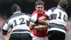 Stephen Jones yng nghyrs Cymru yn wynebu'r Barbariaid yn 2011
