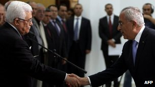 Mahmoud Abbas shakes hands with Salam Fayyad after swearing him in as prime minister in Ramallah (16 May 2012)