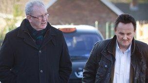 Keith Towler (dde) gyda chyflwynydd y rhaglen David Williams