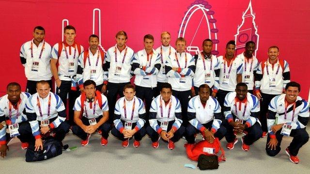 Team GB Pêl-droes dynion gyda'r rheolwr Stuart Peace