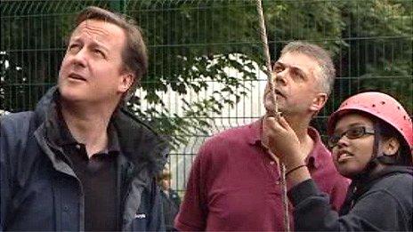 David Cameron mewn canolfan addysg awyr agored yn Sir Fynwy