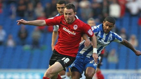 Jordan Mutch dros Gaerdydd yn rhan o'r chwarae yn erbyn Brighton nos Fawrth