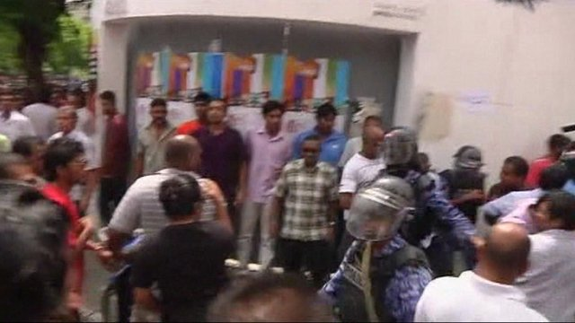 Nasheed supporters clash with riot police