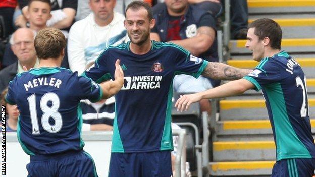 Steven Fletcher yn dathlu sgorio i Sunderland