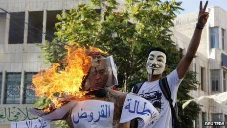 Protesters set light to an effigy of Salam Fayyad in Hebron (4 September 2012)