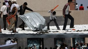 Protesters try to break into the US embassy in Sanaa, Syria (13 Sept 2012)