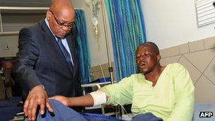 President Jacob Zuma talks to an injured miner in hospital on 18 August 2012
