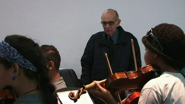 José Antonio Abreu watching young musicians perform