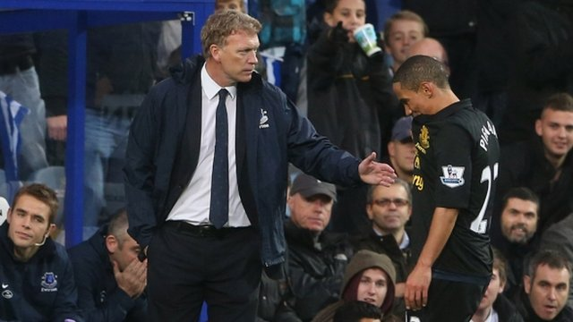 David Moyes consoles Steven Pienaar after his red card
