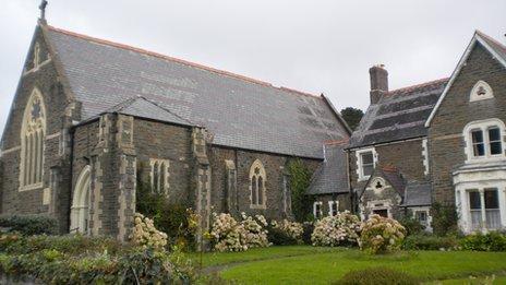 Eglwys Gatholig y Forwyn Fair a Santes Gwenfrewi yn Aberystwyth