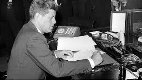 Yr Arlywydd Kennedy
