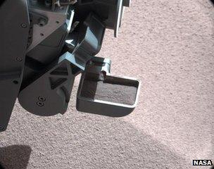 Curiosity rover's scoop of soil