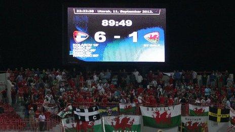 Cefnogwyr Cymru yn Novi Sad