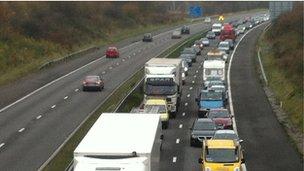 Tagfeydd ar yr M4 wedi damwain Tachwedd 15 2012