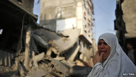 A Palestinian woman weeps in front of a wrecked house in Gaza City (19 November 2012)