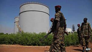 South Sudanese soldiers guard an oil refinery during a presidential visit (21 Nov 2012)