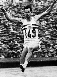 Enillodd Lynn Davies ei Fedal Aur yng Ngemau Tokyo yn 1964