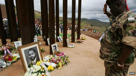 A Mozambican soldier pays his respects at the memorial on the Mbuzini hillside where Mozambican President Samora Machel died (19 October 2006)