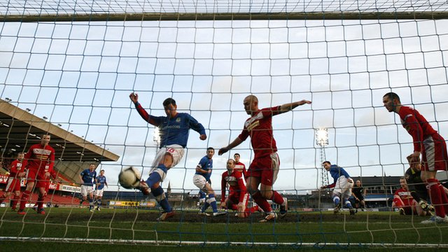 Matthew Tipton makes it 2-0 for Linfield against Cliftonville