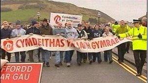 Protest ar Bont Trefechan yn 2002