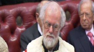 Cafodd Dr Rowan Williams ei dderbyn i Dŷ'r Arglwyddi ddydd Mawrth