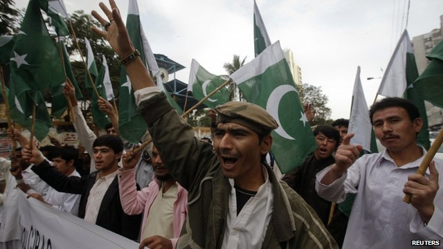 """Supporters of Pakistan""""s Islamist party Pasban hold national flags"""