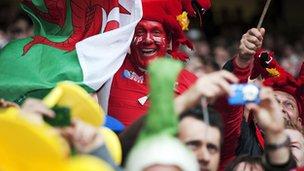 Cefnogwyr Cymru yn Stadiwm y Mileniwm