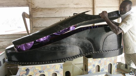A coffin shaped like a shoe in a workshop in Ghana (Archive)