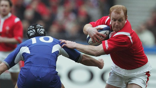 Martyn Williams charges his way past Yann Delaigue on his way to a try in 2005