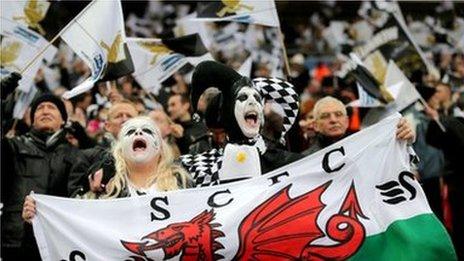 Cefnogwyr Abertawe yn dangos ei cefnogaeth yn Wembley