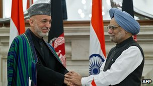 Afghanistan President Hamid Karzai (L) shakes hands with Indian Prime Minister Manmohan Singh in New Delhi, 12 November 2012