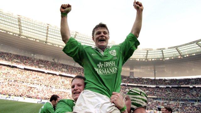 Ireland players hold Brian O'Driscoll aloft