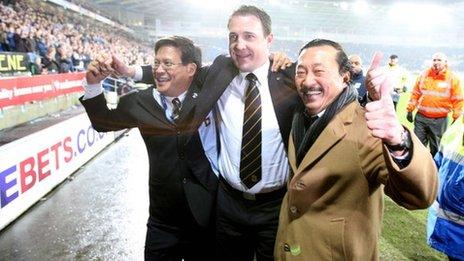 Dato' Chan Tien Ghee (ar y chwith) gyda'r rheolwr Malky Mackay a'r perchennog Vincent Tan