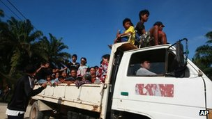 Residents leave their village in Tanjung Labian near Tanduo, where Malaysia launched airstrikes and mortar attacks against nearly 200 Filipinos occupying a Borneo coastal village on 5 March 2013