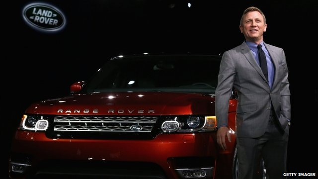 Daniel Craig with the new Range Rover sport