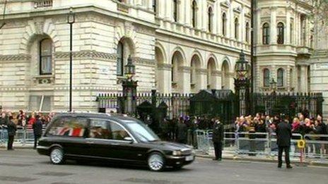 Yr hers yn teithio trwy gatiau Downing Street fore Mercher