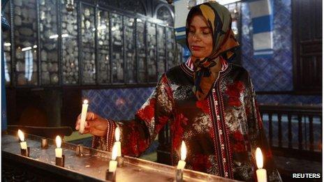 Jewish woman lights candle at Ghriba synagogue (26/04/13)