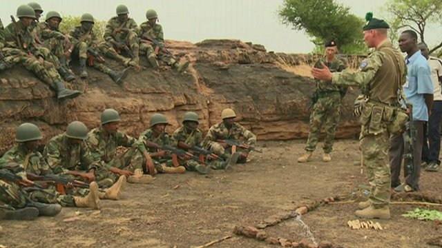 Mali troops being taught