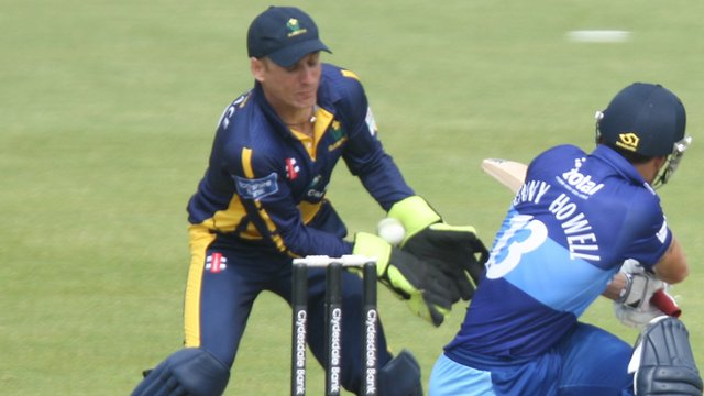 Mark Wallace keeping wicket for Glamorgan