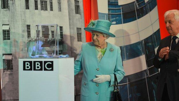 The Queen unveils a plaque