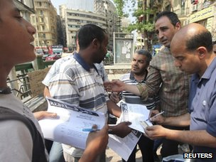 People sign Tamarod's petition in Cairo (16 May 2013)