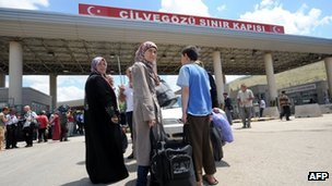 Syrian refugees wait at Turkish border gate