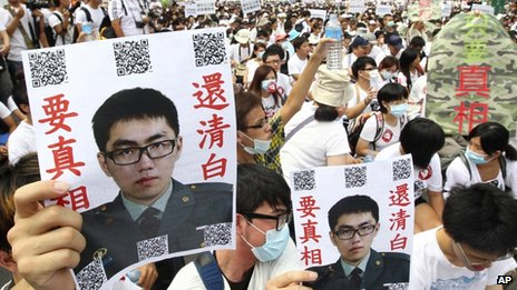 """Protesters hold posters that read """"Give the truth"""" next to portraits of Taiwan soldier Hung Chung-chiu, Taipei, 20 July 2013"""