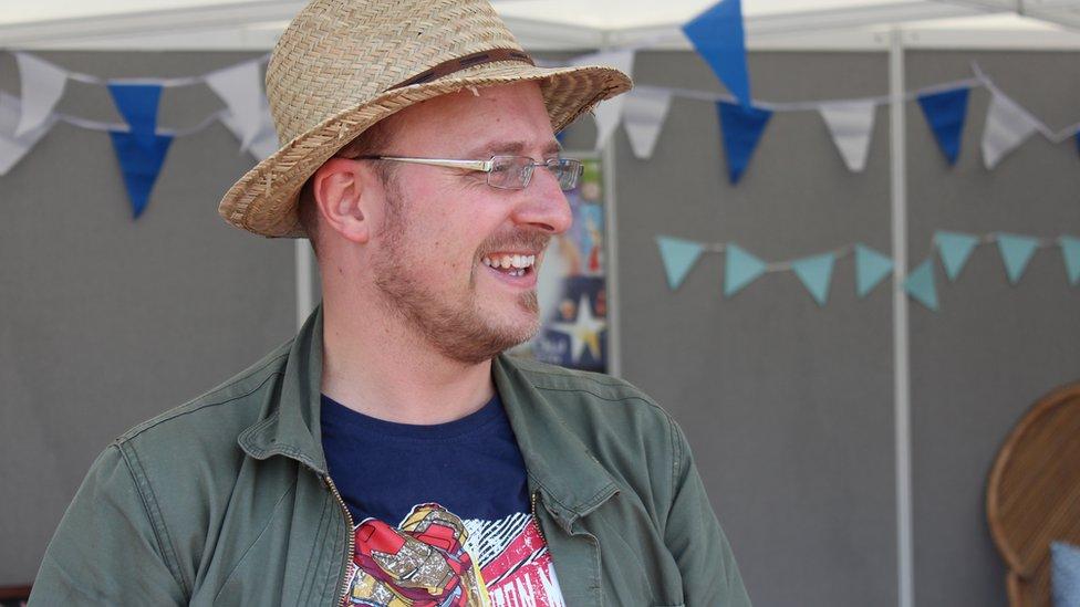 Aneirin Karadog, Bardd Plant Cymru, oedd yn lansio Gŵyl Llen Plant yr Eisteddfod ar stondin yr wyl.