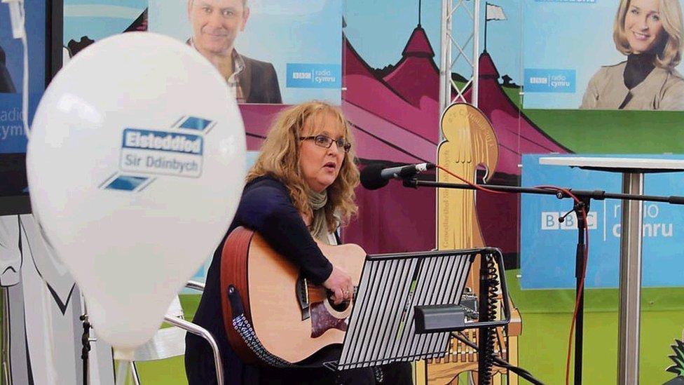 Caryl Parry Jones yn canu Cân y Babis ym mhabell Radio Cymru