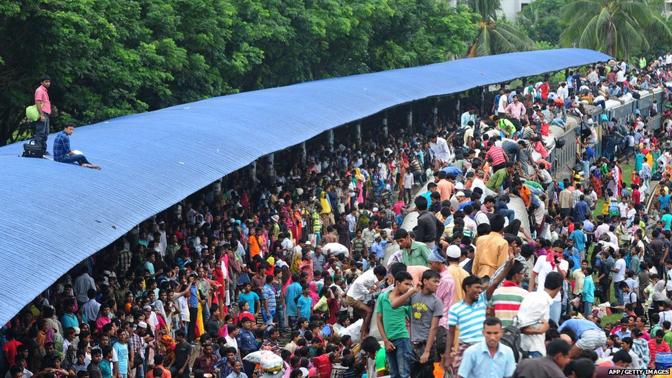 Bangladeshis cram onto a train as they rush home to be with their families ahead of the Muslim festival of Eid al-Fitr, in Dhaka (8 August 2013)