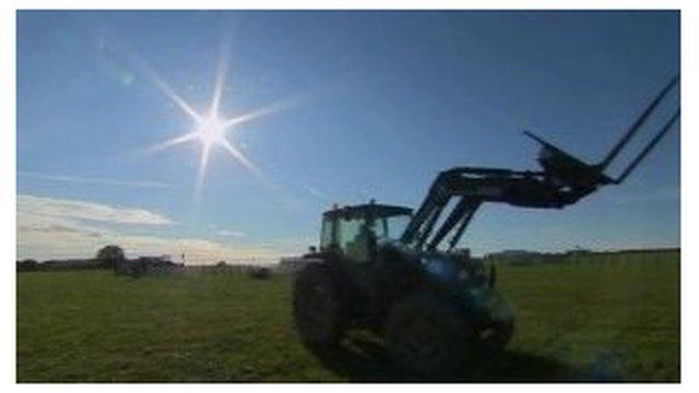 Tractor yn yr haul