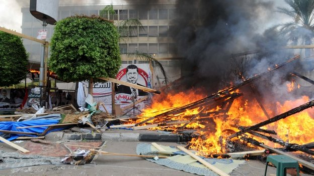 Security forces break up sit-in at Nahda Square